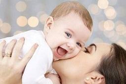 فوایدن بوسیدن کودکان